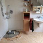 Alte Dusche mit kuriosem Abwasseranschluss + Waschtisch