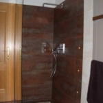 Ebenerdige Duschanlage selbstentworfenem Mosaik, freistehender  Echtglaswand und Unterputz-Thermostarmatur GROHE Allure