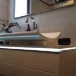 Schalen-Waschtisch mit indirekter LED-Beleuchtung und Unterschrank