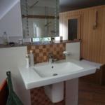 Waschtisch mit freistehendem Design-Spiegel